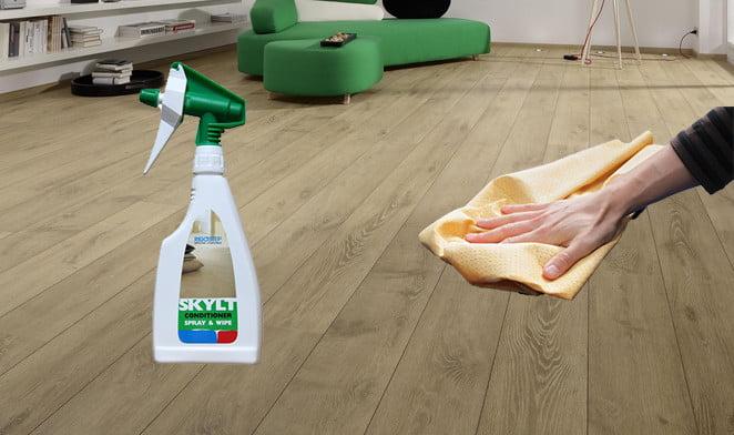 Houten vloer onderhouden of behandelen met rigostep skylt conditioner